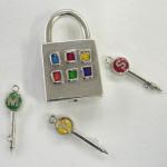 鎖を通し易いようにフックは完全に抜けます。鍵はそのままピアスに。針金1本で開けられないようにという希望で、機構はかなり複雑になってしまいました。6色の色付けは樹脂を使っています。